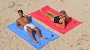 The SOLO model is perfect for those who prefer not to share their space on the beach. It measures 2.15m x 1m wide, which is much larger than a conventional beach towel. Rolled up the SOLO model takes up very little, something like a large beer can. And it weighs only 190g, featherweight. Like all ôbabas, it is machine washable. Each Ôbaba comes with 4 black ultralight fiber pegs (8g each) and a black elastic tape to roll it up after the beach. It has a system of reinforced eyelets in each corner that serves as an anchoring system to nail it to the ground and that the wind does not move it. It has an 8 cm black embroidered shield with our logo. Light, compact and nice looking.